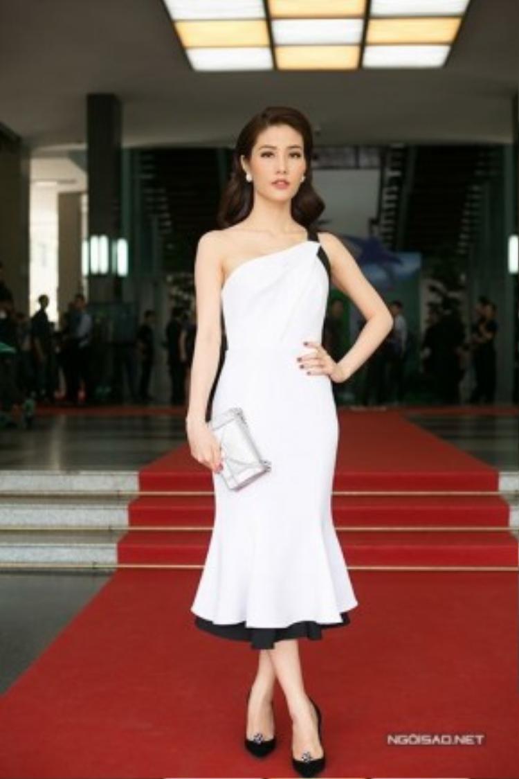 Tham dự một sự kiện hôm nay, Diễm My 9x diện chiếc váy tuyệt đẹp từ thương hiệu Ha Tang phối cùng túi xách Diorama thời thượng.