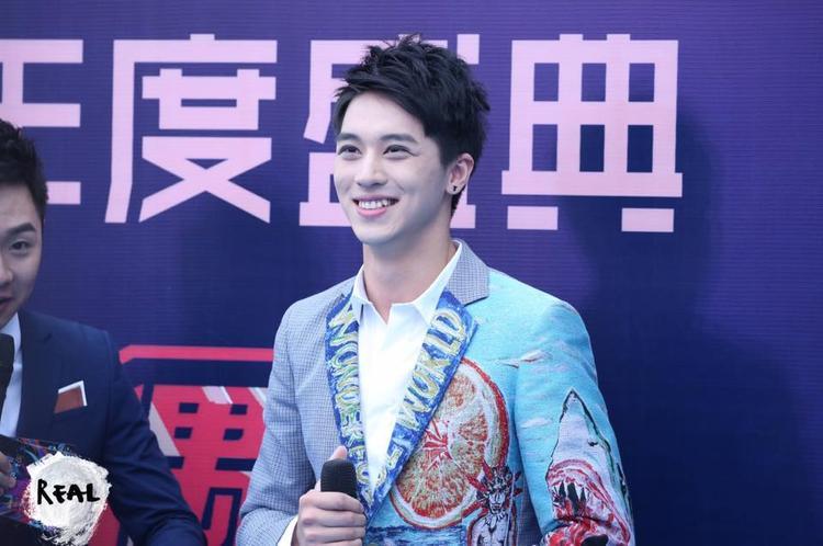 Cặp đôi Thượng ẩn nổi bật trên thảm xanh Lễ trao giải âm nhạc Phong Vân