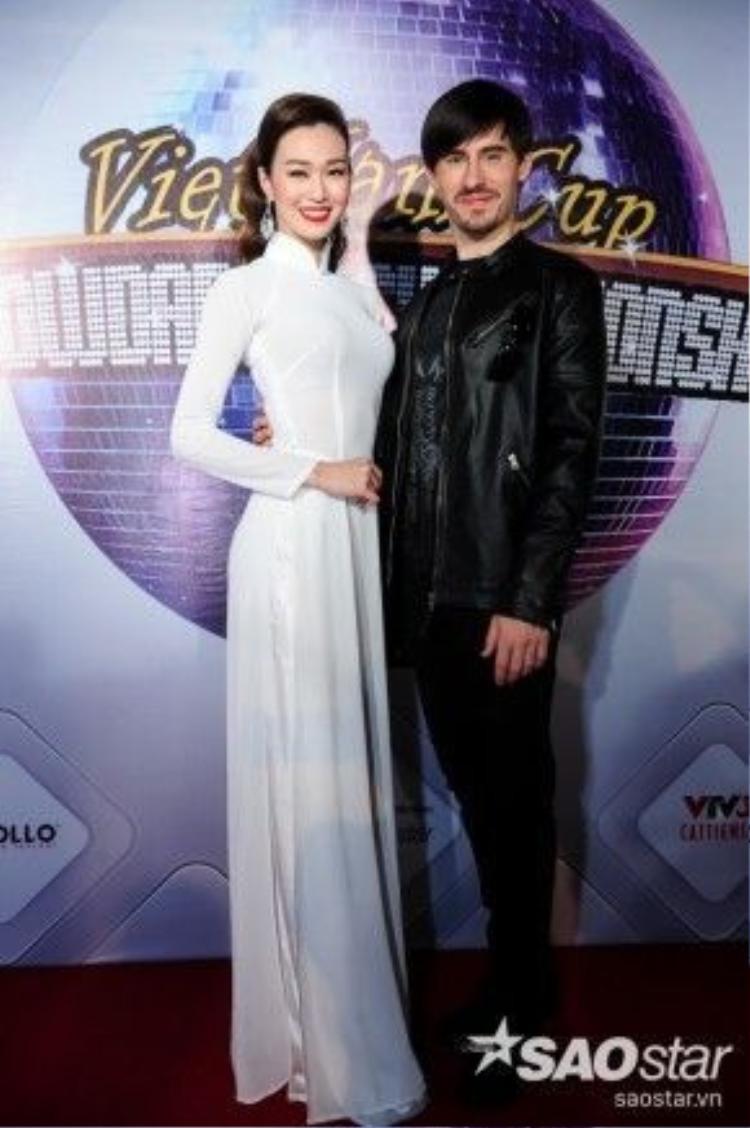 Khánh My rạng rõ cạnh vũ công người Cộng Hòa Séc.