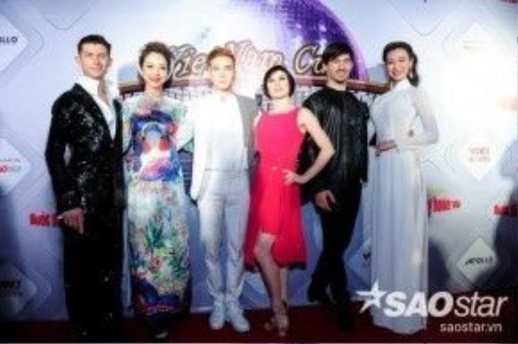 Jennifer Phạm và Khánh My khoe sắc khi đứng cạnh dàn vũ công quốc tế.