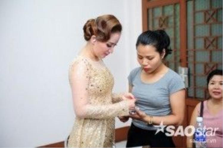 Các vũ công quốc tế và giám khảo Khánh Thi cẩn thận kiếm tra trang phục và phụ kiện.