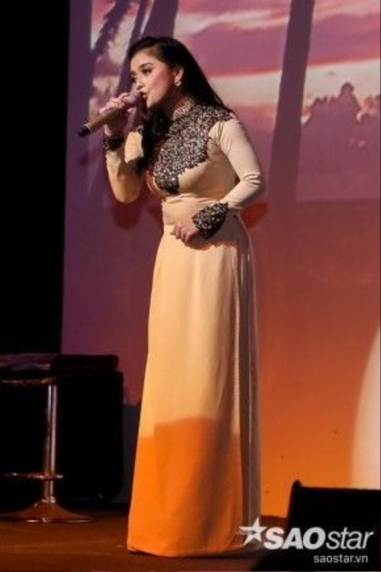 Hồng Quyên với tiếng hát ngọt ngào tại phòng trà. Cô còn có phần kết hợp ăn ý cũng HLV mình trong ca khúc Duyên Kiếp.