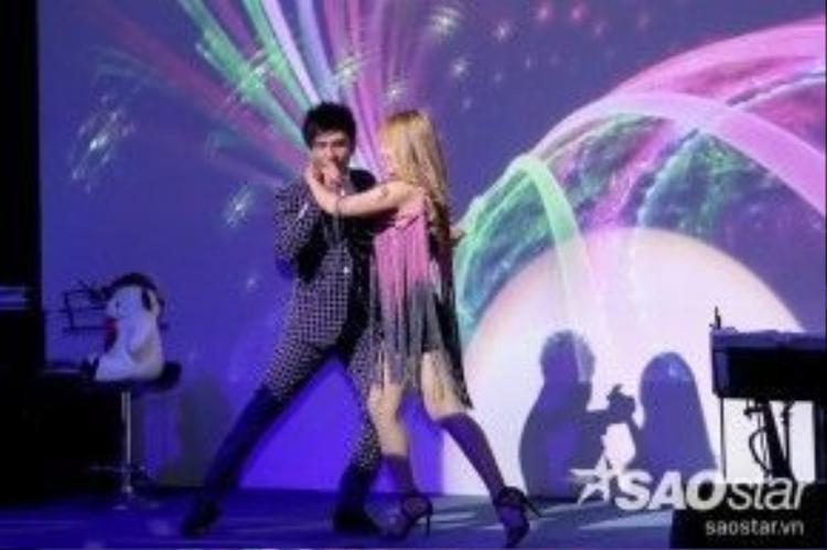 Bên cạnh đó, anh Bo không ngần ngại lần đầu tiên thế hiện khả năng dancesport của mình khiến hầu hết khán giả đều khá bất ngờ.