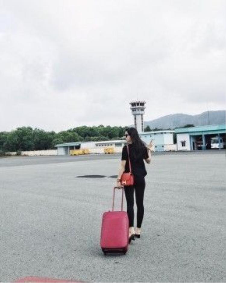 Trong lần du lịch ngắn hạn gần đây, Á hậu Huyền My xuất hiện casual đơn giản nguyên cây đen ton-sur-ton cùng chiếc túi xách màu cam vô cùng nổi bật.