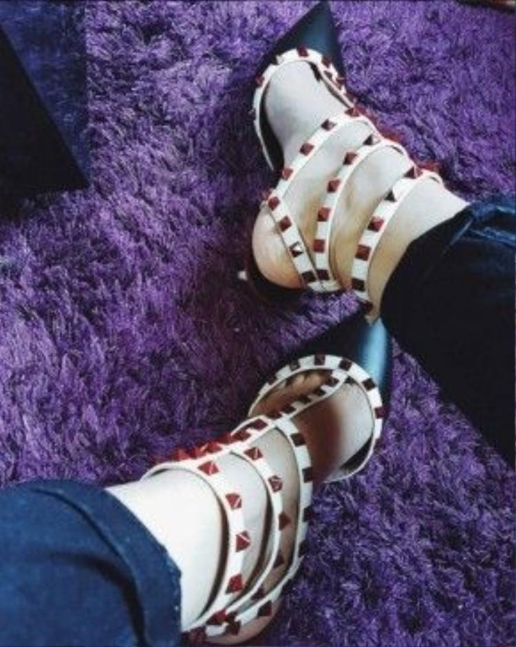Cũng là đôi gót hoa đinh tán thuộc dòng Rockstud Ballerina của nhà mốt trứ danh nước Ý Valentino. Dường như các mỹ nhân Việt đều yêu thích món phụ kiện này và giá của đôi giày khoảng 975 USD.