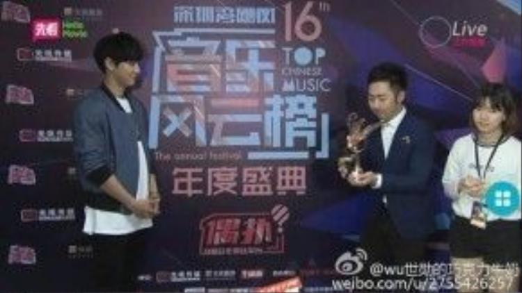 Chanyeol nhận chiếc cúp Thần tượng nước ngoài nổi tiếng nhất.