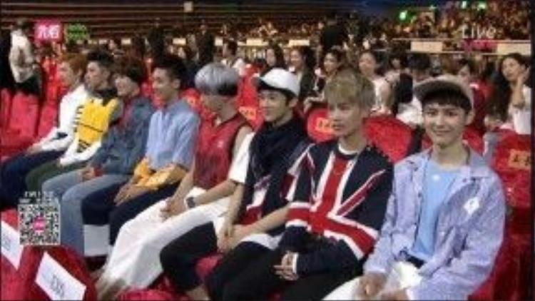 Cùng với đàn anh EXO, NCT U đã đem đến những phần trình diễn bắt mắt.