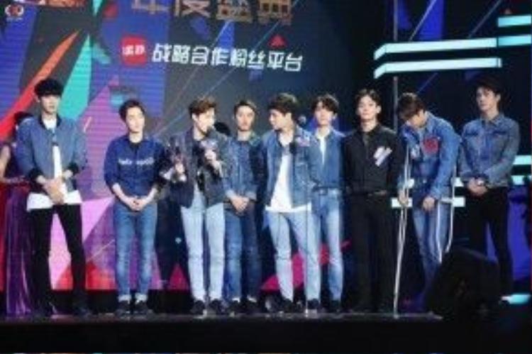EXO lên nhận cúp và phát biểu.