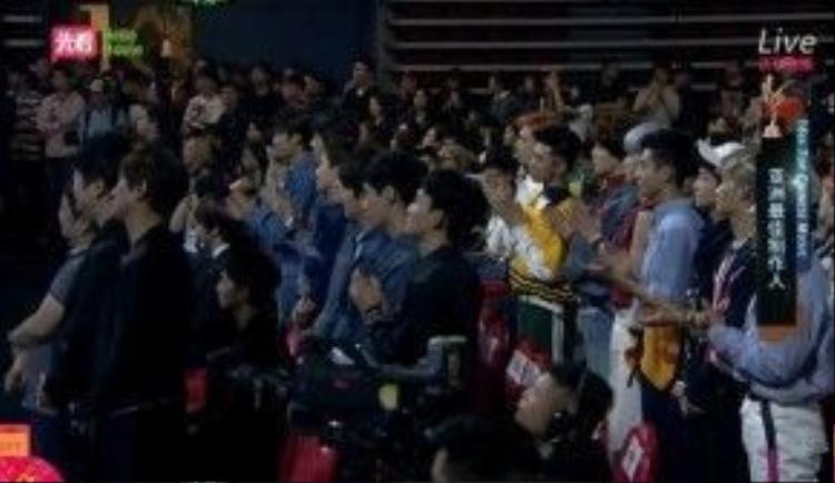 … cùng tân binh NCT U đều đứng dậy trong lúc Soo Man lên nhận giải.