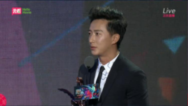 Hangeng cầm chiếc cúp Nam ca sĩ xuất sắc nhất trên tay.