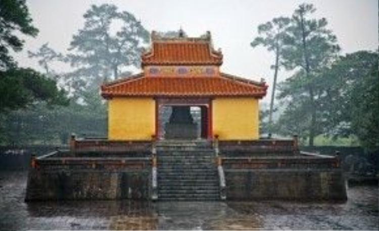 Lăng Minh Mạng sau cơn mưa. Ảnh: Vietnamdiscoveries.