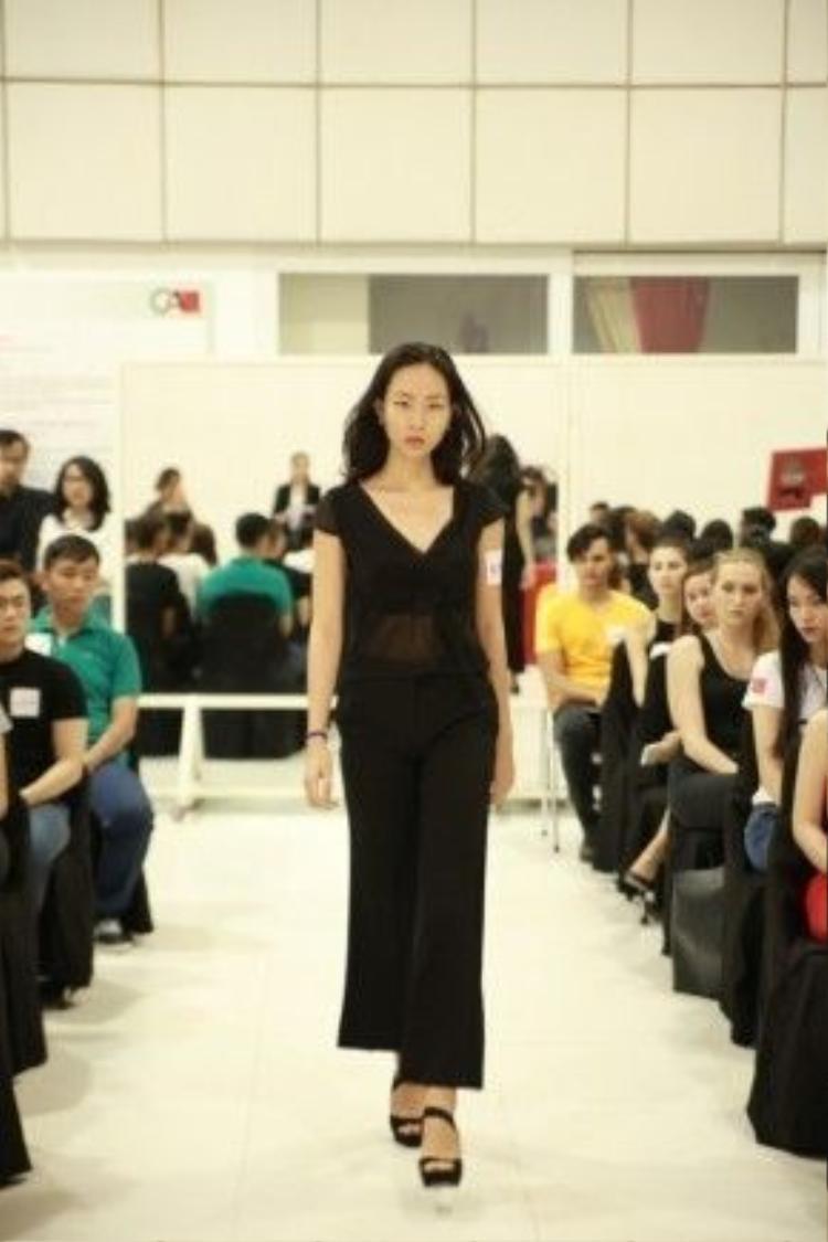 Một trong những người mẫu đắt show nhất VDFW 12/2015 - Đông Hạ.
