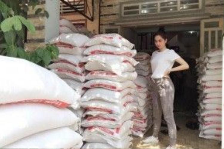"""Hình ảnh Ngọc Trinh trong một lần làm từ thiện được Quỳnh Chi đính kèm theo status. Đây là điều khiến cô cảm thấy thích """"nữ hoàng bikini""""."""
