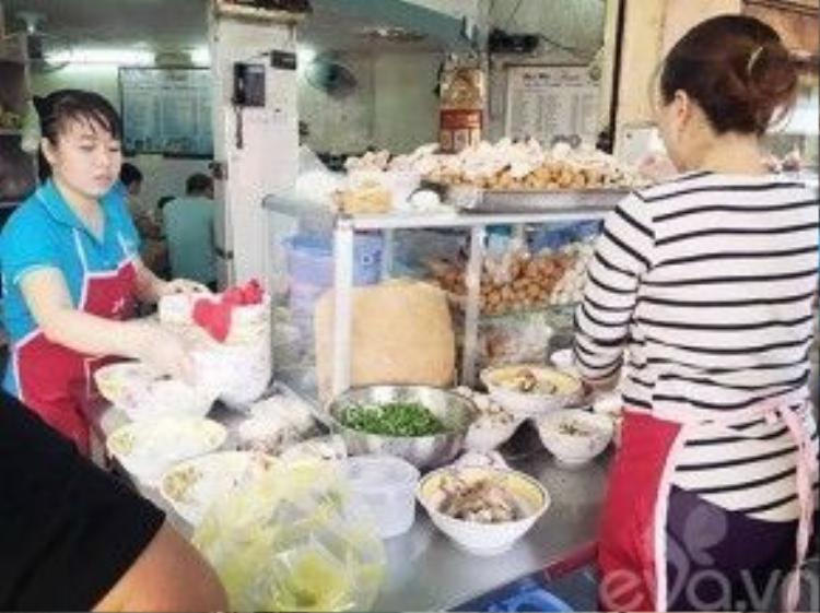 Thuộc danh sách những địa điểm ăn uống nổi đình nổi đám, khi nói về bún mọc ở Sài Gòn, chắc không ai là không biết quán Thanh Mai nằm ngay góc Trương Định - Nguyễn An Ninh.