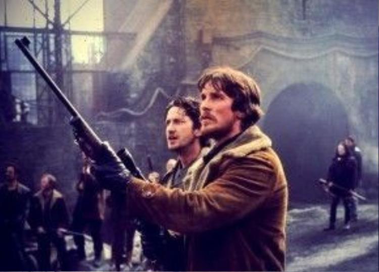 Reign of Fire (2002): Bộ phim giả tưởng lấy bối cảnh nước Anh năm 2020. Xứ sở sương mù lúc này chìm trong khói lửa bởi sự xuất hiện của loài rồng quái ác. Không có cơ hội sắm vai chính, nhưng Gerard Butler học hỏi được rất nhiều từ hai bạn diễn nổi tiếng là Matthew McConaughey và Christian Bale qua Reign of Fire, như lời chia sẻ của anh phía sau hậu trường. Ảnh: Buena Vista