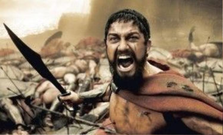 300 (2006): Bước ngoặt sự nghiệp đến với Gerard Butler khi anh sắm vai Leonidas, vị vua dũng mãnh xứ Sparta, dẫn đầu 300 người lính trung thành chống lại đoàn quân hùng hậu đến từ Ba Tư. Phim được phóng tác từ trận chiến Thermopylae có thật, diễn ra năm 480 trước Công nguyên. Do đạo diễn Zack Snyder thực hiện, phim khiến người hâm mộ nức lòng bởi những khung hình đẹp mắt nhưng không kém phần máu me, bạo lực. 300 thu hơn 456 triệu USD toàn cầu, so với mức kinh phí sản xuất chỉ chưa đầy 60 triệu USD, giúp cả Zack Snyder lẫn Gerard Butler được nhiều nhà sản xuất săn đón từ đây. Ảnh: Warner Bros.