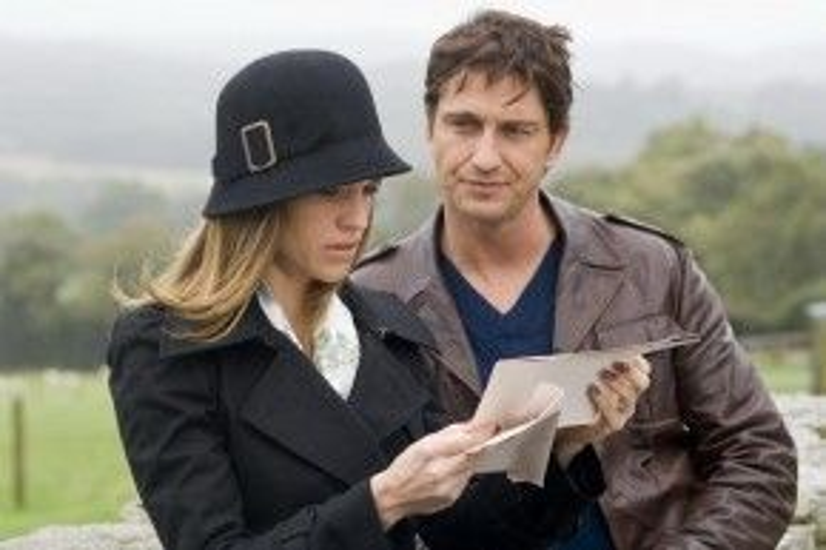 """P.S. I Love You (2007): Ngay sau những trận chiến máu me trong 300, Gerard Butler """"làm mới"""" bản thân qua tác phẩm tình cảm dựa trên nguyên tác văn học của Cecelia Ahern. Câu chuyện trong P.S. I Love You xoay quanh những lá thư do người chồng Gerry để lại cho vợ sau khi anh qua đời vì chứng u não. Nội dung lãng mạn, cảm động và đậm tính nhân văn đã khiến nhiều khán giả nữ không cầm nổi nước mắt khi theo dõi bộ phim. Đóng cặp với Gerard Butler trong phim là minh tinh Hilary Swank. Ảnh: Warner Bros."""