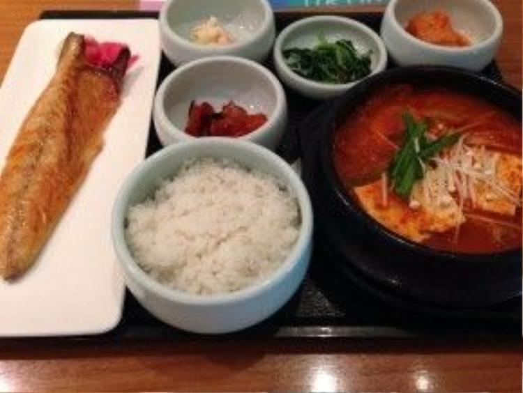 Đứng thứ 4 trong bảng xếp hạng bữa ăn tối tại sân bay ngon nhất tiếp tục thuộc về một đại diện Châu Á - sân bay quốc tế Incheon. Cơm, kim chi, mì và dimsum… từ các nhà hàng truyền thống sẽ khiến du khách chẳng thể nào quên đất nước Hàn Quốc khi dùng bữa tối tại đây.