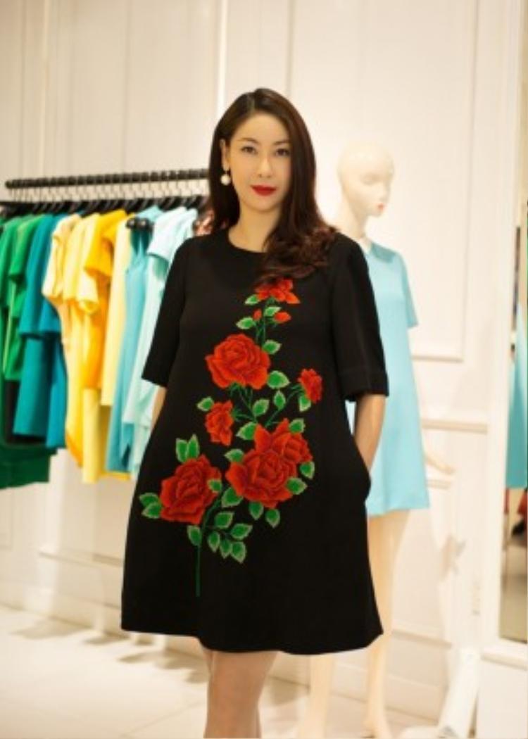Chiếc váy Hà Kiều Anh diện nằm trong BST Lavie En Rose và là best seller của thương hiệu Do Manh Cuong hiện tại.