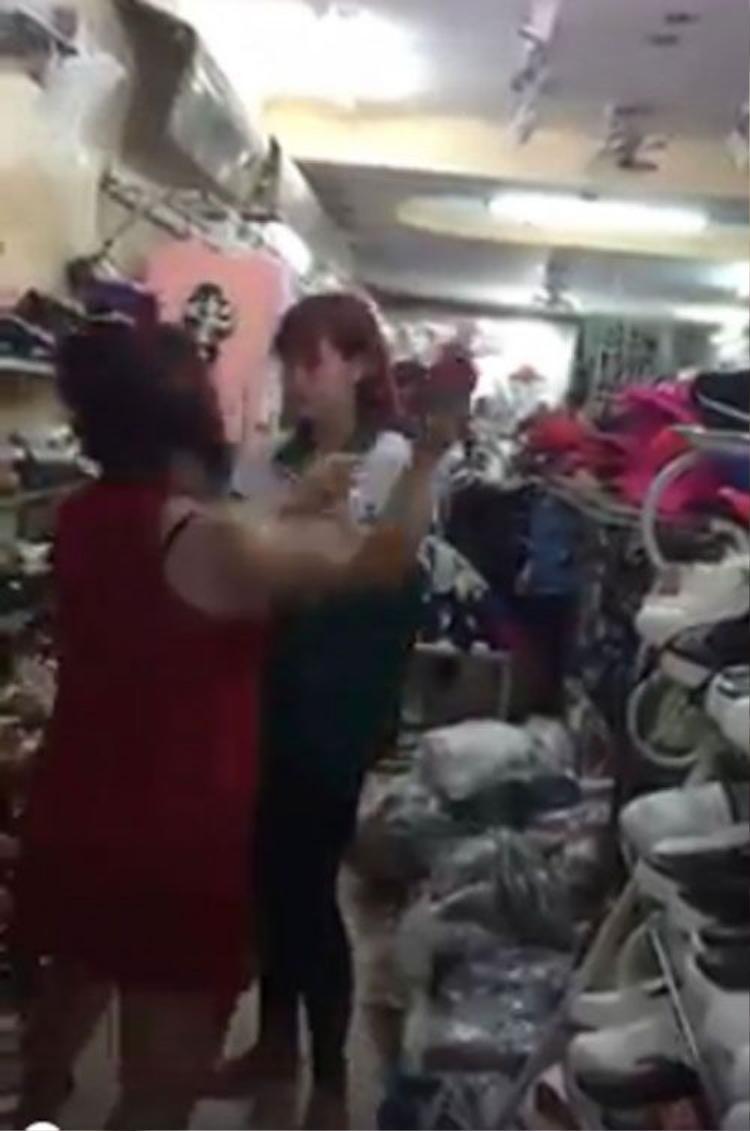 Thiếu nữ xinh đẹp suýt bị lột đồ vì dám ngang nhiên ăn trộm