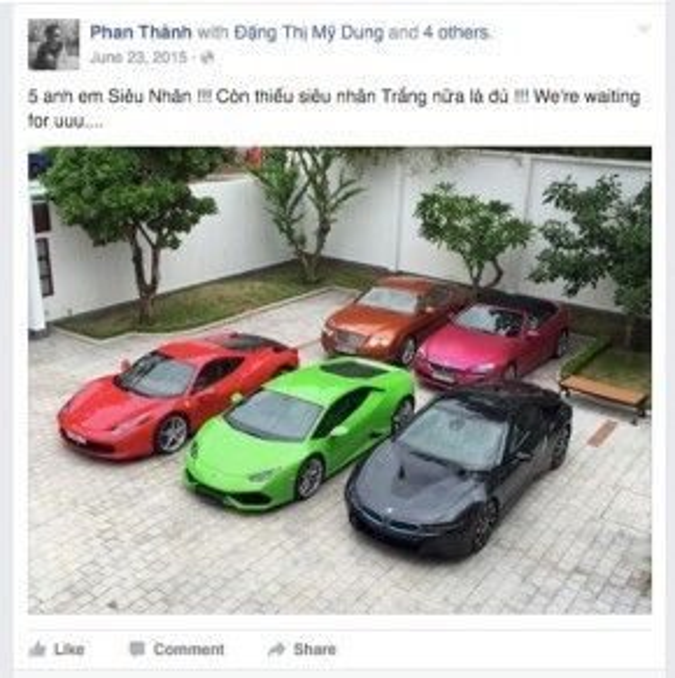 """Chiếc xe màu đen Phan Thành lái sáng 10/4 là một trong những bộ sưu tập siêu xe """"khủng"""" của thiếu gia Sài Thành."""