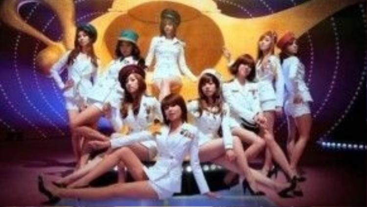 Trang phục thủy thủ trắng đã đưa tên tuổi SNSD thời còn đầy đủ 9 mảnh cùng bảng hit Genie trở thành huyền thoại bất khả chiến bại trên hầu hết các bảng xếp hạng ở Hàn.