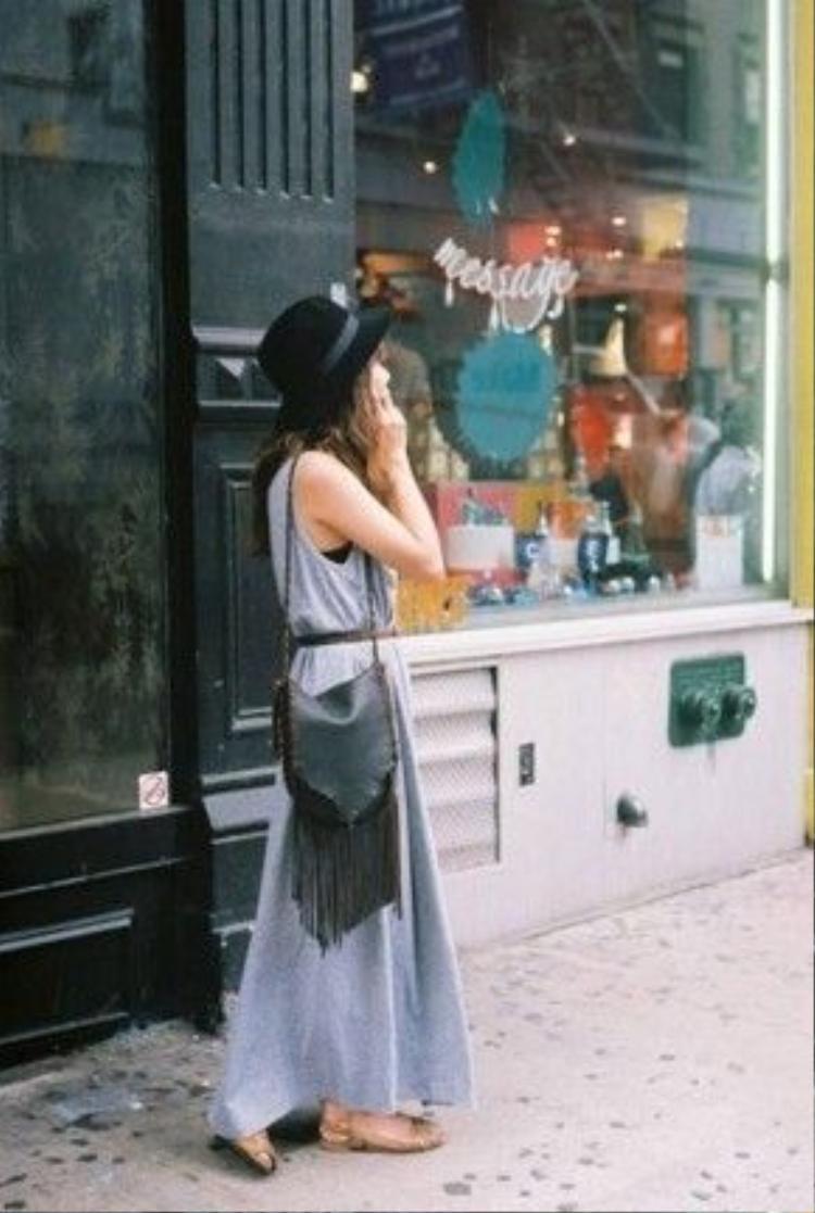 Có thể phối chiếc túi cùng váy maxi, mũ rộng vành và cả đôi sandal là bạn đã đủ tạo ấn tượng với mọi người xung quanh.