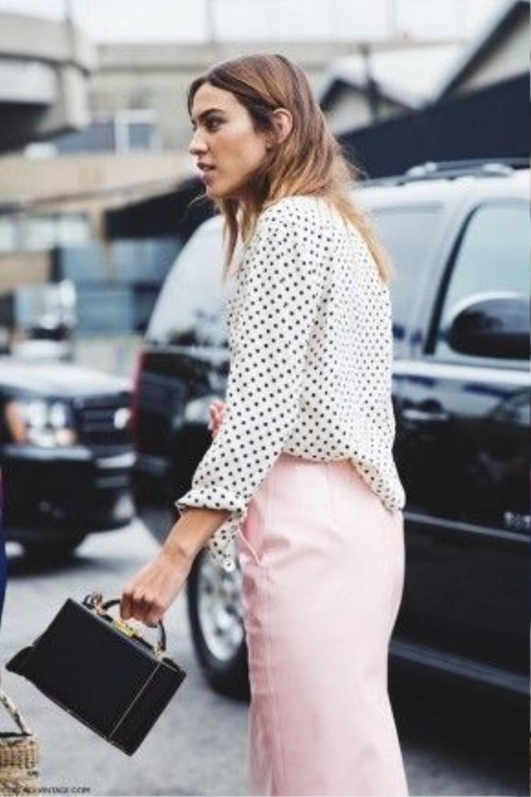 Với kiểu thiết kế này, bạn có thể biến đổi đa dạng từ style cổ điển đến hình ảnh cá tính mạnh mẽ cho phong cách menwear.