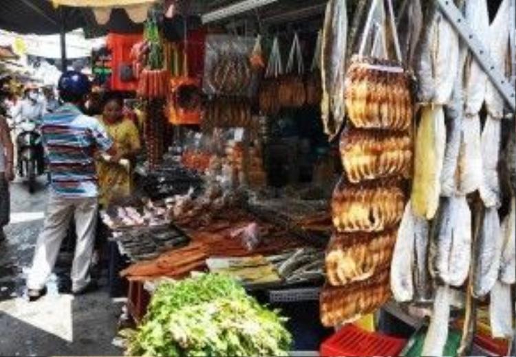 Nằm sâu trong con hẻm nhỏ trên đường Lê Hồng Phong, quận 10, TP HCM, chợ Campuchia, hay còn gọi là chợ Miên, chợ Cam gồm hàng chục gian hàng lớn nhỏ chuyên kinh doanh sỉ lẻ các loại đặc sản được mang đến từ xứ Angkor.
