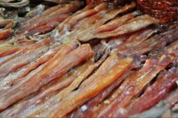 Khô cá lóc Biển Hồ cũng thu hút nhiều bà nội trở bởi thịt khô mềm sau khi chế biến lại có hương vị thơm ngon rất phù hợp để chế biến mồi nhậu.