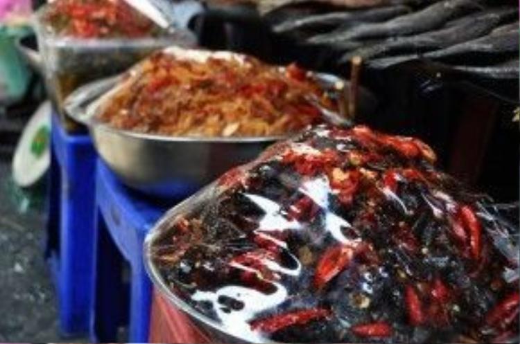 Mắm ba khía, dưa mắm, mắm cá lóc trộn đu đủ cũng được bày bán quanh năm.