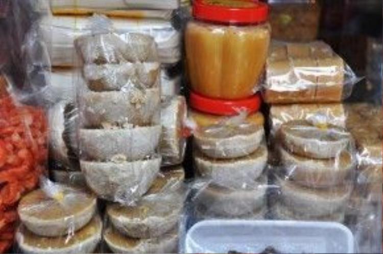 Ngoài khô mắm, đường thốt nốt cũng được nhiều tiểu thương bày bán. Thành lập từ hơn 20 năm nay, chợ Campuchia Lê Hồng Phong là chợ duy nhất tập trung tất cả các mặt hàng thực phẩm của Campuchia. Tiểu thương của chợ hầu hết là người Việt từng sang sinh sống tại Campuchia hoặc người Việt gốc Khơ Me.