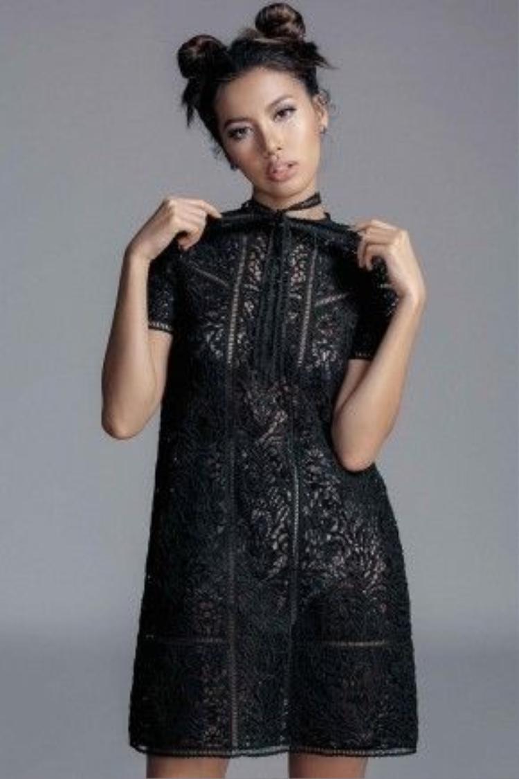 Chỉ với hai tông màu đen trắng cơ bản, Chung Thanh Phong đã thể hiện khả năng tạo mẫu và xử lý bề mặt chất liệu tuyệt vời khi làm nên những thiết kế tôn vinh trọn vẹn đường cong người mặc.