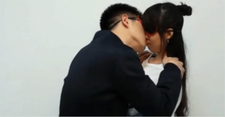 Các cặp đôi được bịt mắt khi hôn nhau để tránh cảm thấy xấu hổ