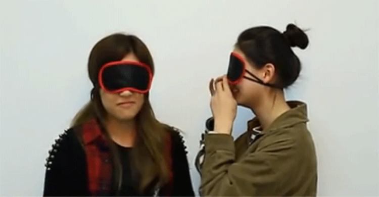 Kỳ lạ 20 sinh viên Trung Quốc bịt mắt hôn người lạ gây tranh cãi