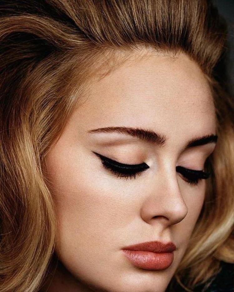 Hé lộ bí ẩn đằng sau đường kẻ eyeliner của nữ hoàng nhạc pop Adele