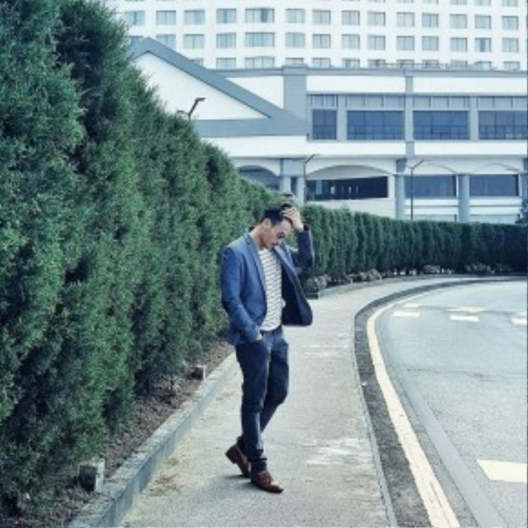 Trương Thanh Long khoe streetstyle vừa lịch lãm vừa phong trần với áo khoác blazer, quần jean và giày loafer. Anh chàng không quên tô điểm cho set đồ bằng một cặp kính mát nổi bật.