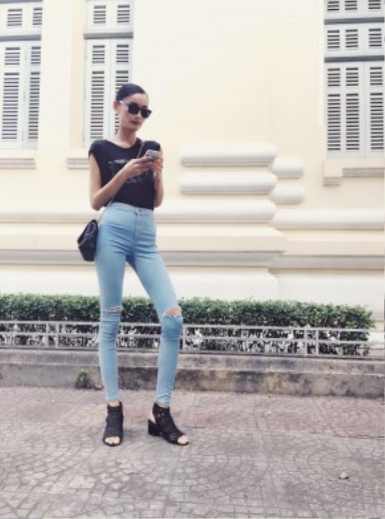 Chân dài Lê Thuý diện outfit đơn giản, năng động xuống phố. Chiếc quần jean skinny cạp cao tôn triệt để đôi chân dài miên man của cô nàng.