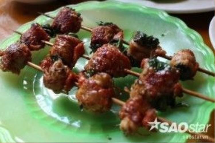 Heo cuộn cải mèo là món được nhiều du khách lựa chọn nhất. Vị ngọt của cải mèo hòa cùng vị ngọt của lợn bản, ăn vừa giòn, vừa chắc khiến thực khách xuýt xoa không ngơi.