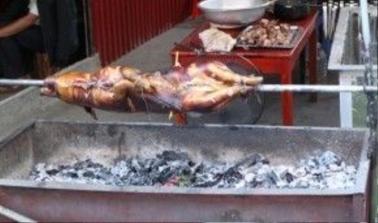 Trước các hàng ăn, nhà hàng tại Sapa, những chú lợn bản được nướng cháy xém cực kỳ hấp dẫn, thơm phức.