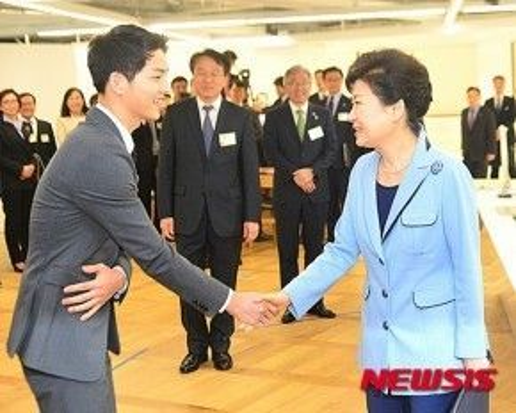 Nam diễn viên vinh dự khi được gặp Tổng thống Hàn Quốc - bà Park Geun Hye.