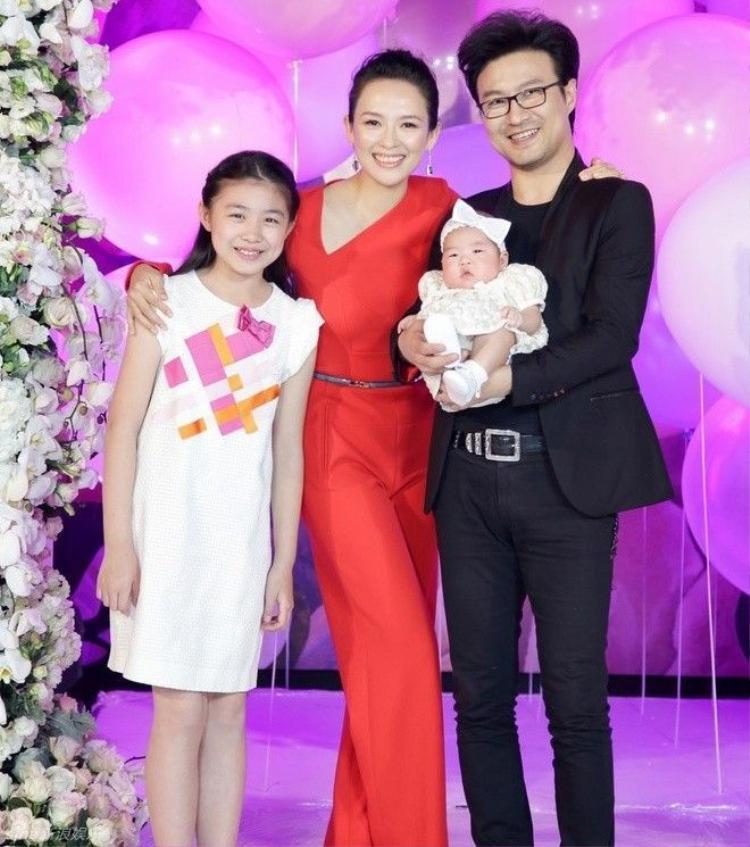 Chương Tử Di khoe con gái, con riêng chồng  vợ cũ Uông Phong nổi đóa