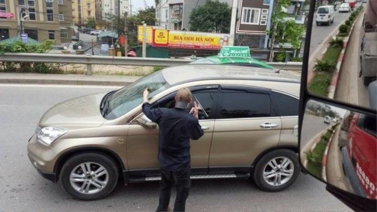 Thú vị với câu chuyện ông Tây lau kính xe miễn phí ở Hà Nội