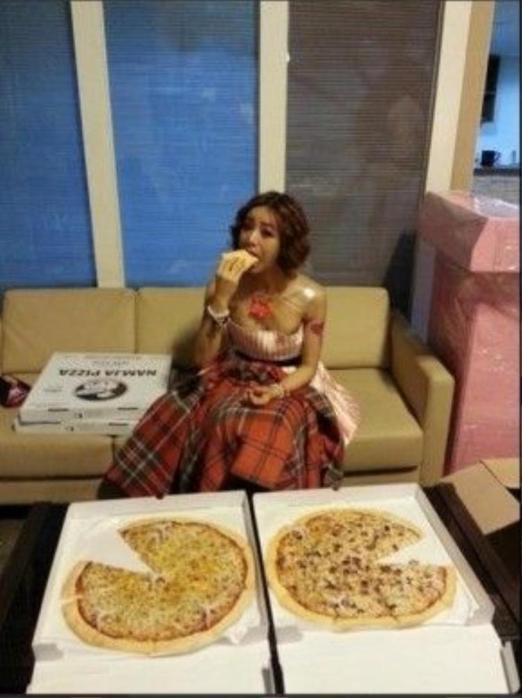 Hyeri có một tình yêu vô bờ với việc ăn uống. Hình ảnh cô cùng hai chiếc pizza to sau khi kết thúc chương trình âm nhạc khiến fan rất thích thú.