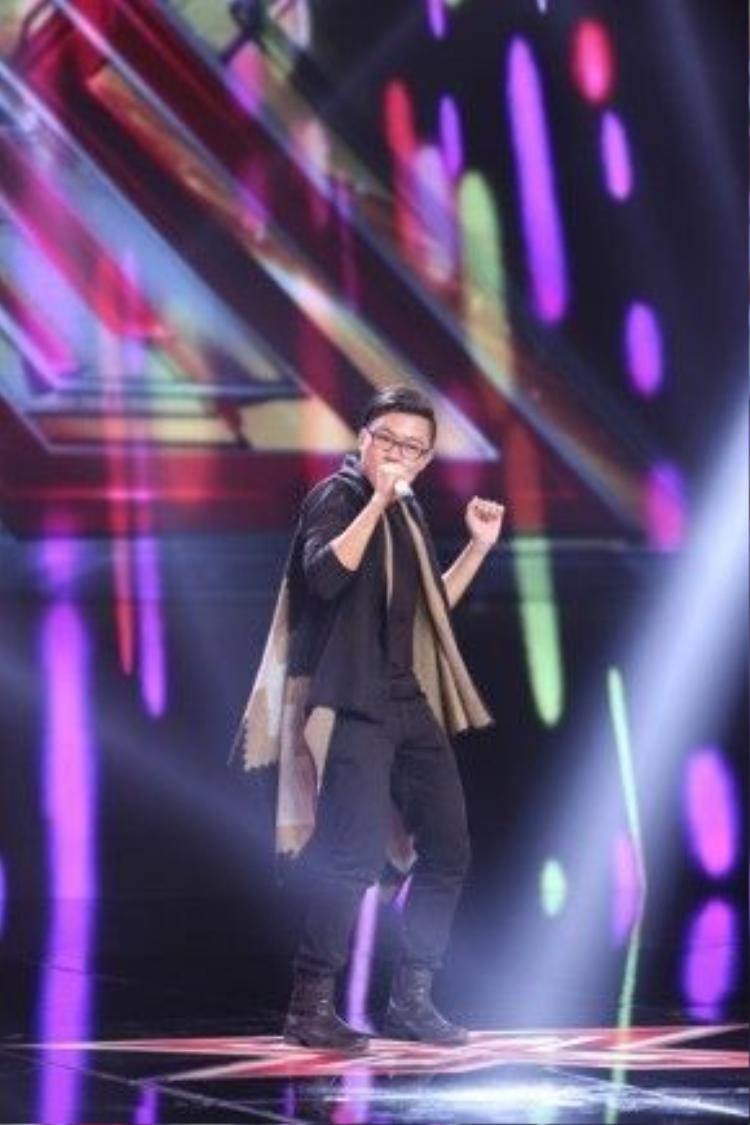 Chàng sinh viên Nguyễn Ngọc Huy với phong cách trình diễn đầy ấn tượng và tự tin qua ca khúc Mercy.