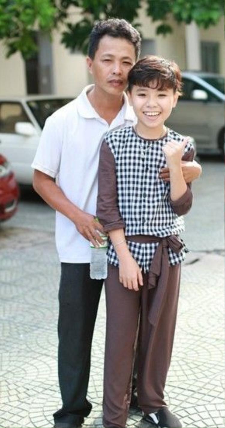 Nguyễn Công Quốc bên người cha đầy nghị lực và rất thương em.