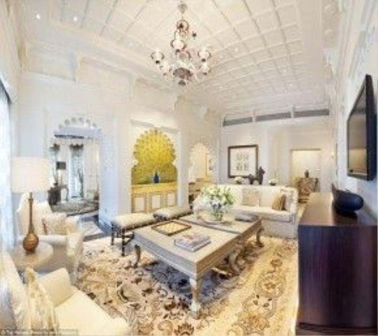 Taj Mahal Palace mở cửa từ năm 1903 là một khách sạn cao cấp nổi tiếng với dịch vụ chuyên nghiệp và giàu lịch sử. Khách sạn tới nay vẫn giữ được nét đẹp sang trọng dù từng bị quân đội Hồi giáo tấn công vào năm 2008. Trong hình là phòng Rajput Suite rộng gần 140 m2 tái hiện lại cung điện Rajasthani với khung cửa tò vò, trang trí bàn hình chim công, màu sắc rực rỡ mang phong cách hoàng gia.