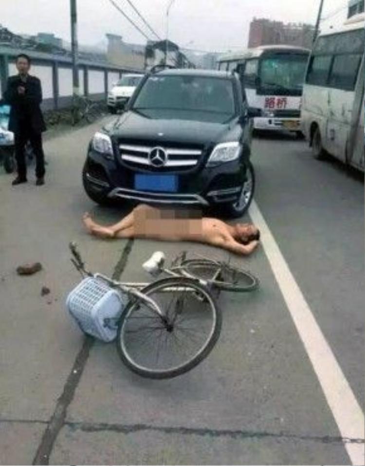 Chiếc xe định chuyển làn thì người đàn ông này cũng lăn theo trước mũi xe