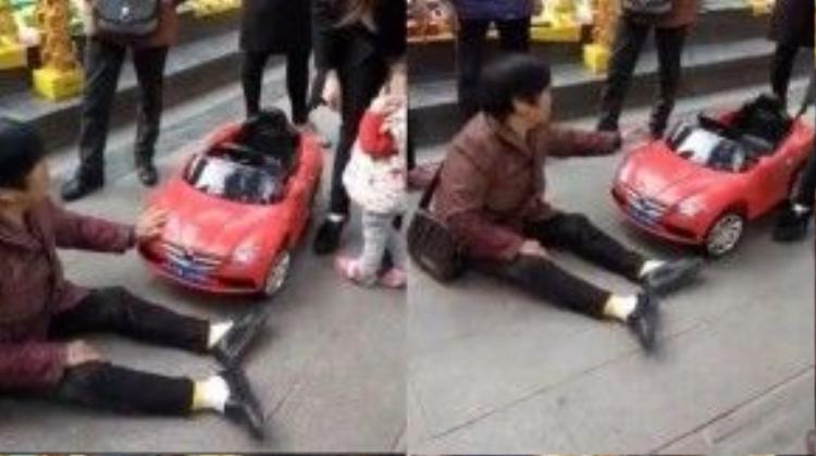 """Người phụ nữ ngã trước xe ô tô đồ chơi của một đứa trẻ bất cẩn bị nghi là cũng ngồi """"ăn vạ"""""""