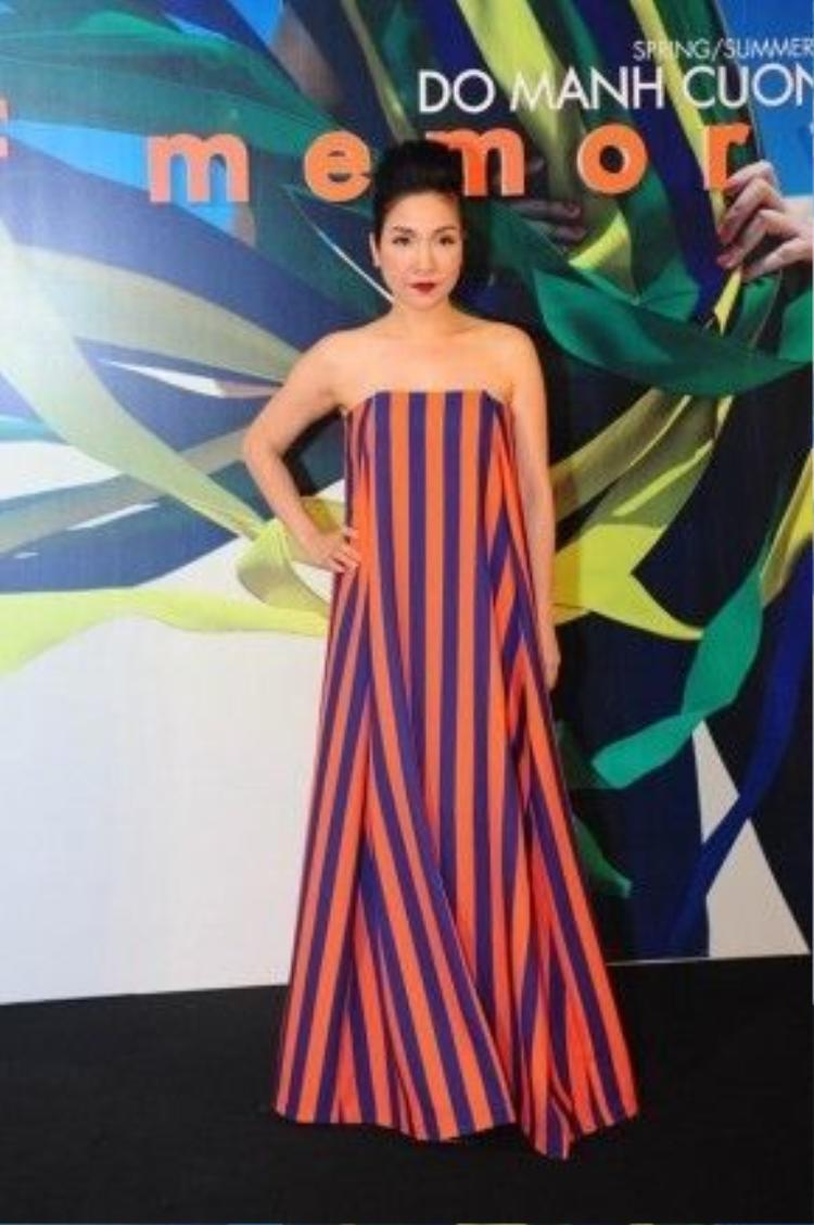Mỹ Linh trong trang phục của Đỗ Mạnh Cường trong một show diễn của anh.